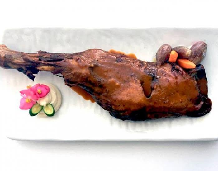 Paletilla de cordero asado con patatas, manzanas y zanahorias - mychef