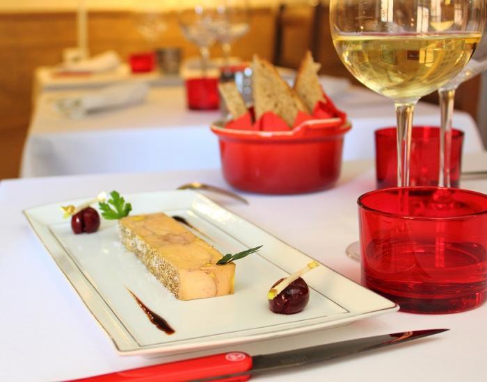 Hígado de pato confitado en vino perfumado de sangría y cerezas  - mychef