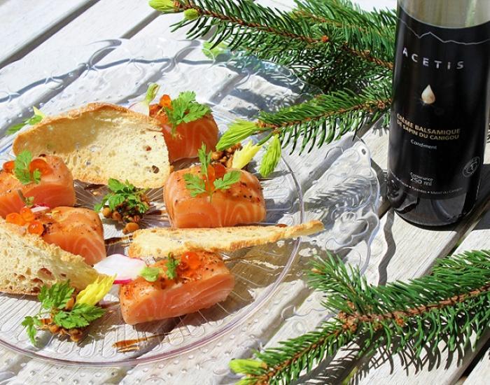 Trucha salvaje de los Pirineos marinada con crema de abeto condimento piñones y hierbas - mychef