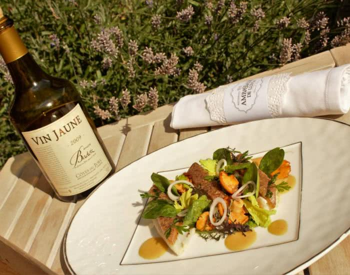 Filetes de lenguado, crosta de senderuelas, rebozuelos, espinacas tiernas y jugo al Vin Jaune - mychef