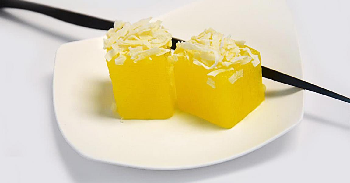 'Piña colada' cubes with coconut shavings - mychef